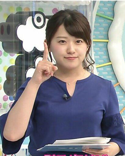 指を立てる尾崎里紗さん